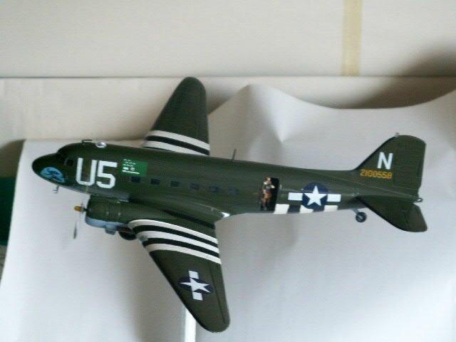 avion DOUGLAS C-47 SKYTRAIN ET LES PARACHUTISTES (11)