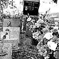 Cimetière de l'église de Vals en Ariege Pierres tombales, crucifix et tombes (10) 800x600