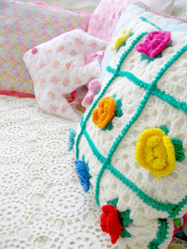 coin-canapé-coussin-blogueuse-granny-seventies-fleur-crochet