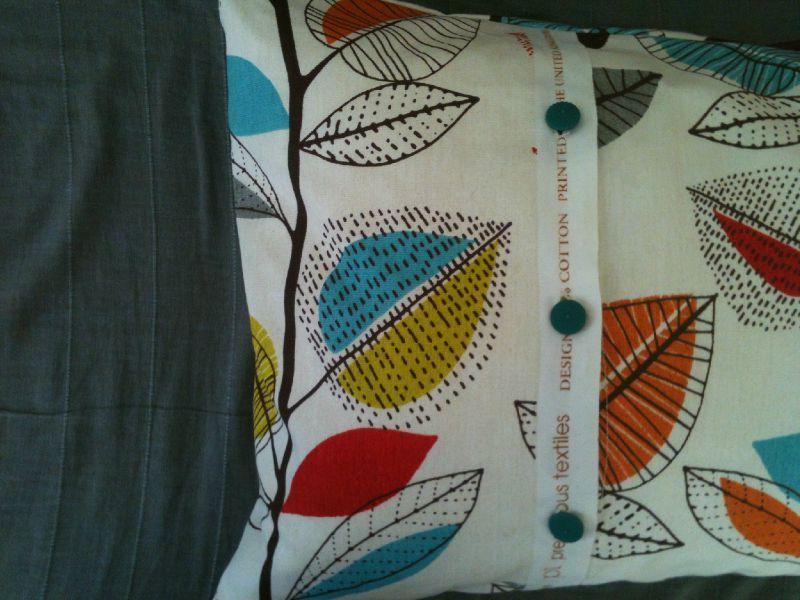 housse de coussin avec boutonni re dans la fabrique. Black Bedroom Furniture Sets. Home Design Ideas