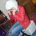 Rô'Zabel en position assise et mains levées
