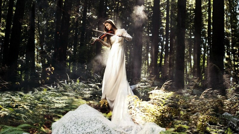 White-dress-music-girl-play-violin-in-the-forest_1600x900