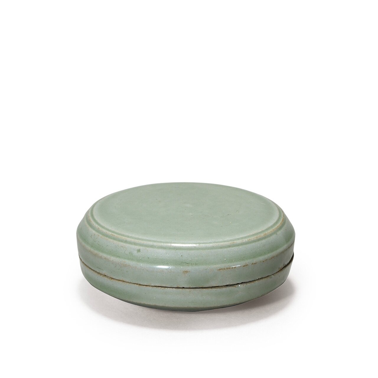A very rare yueyao celadon box with cover, Five Dynasties (AD907-960)