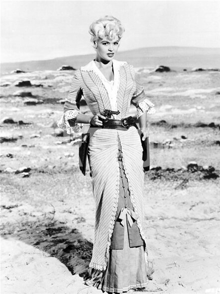 jayne-1958-film-the_sheriff_of_fractured_jaw-on_set-2-1