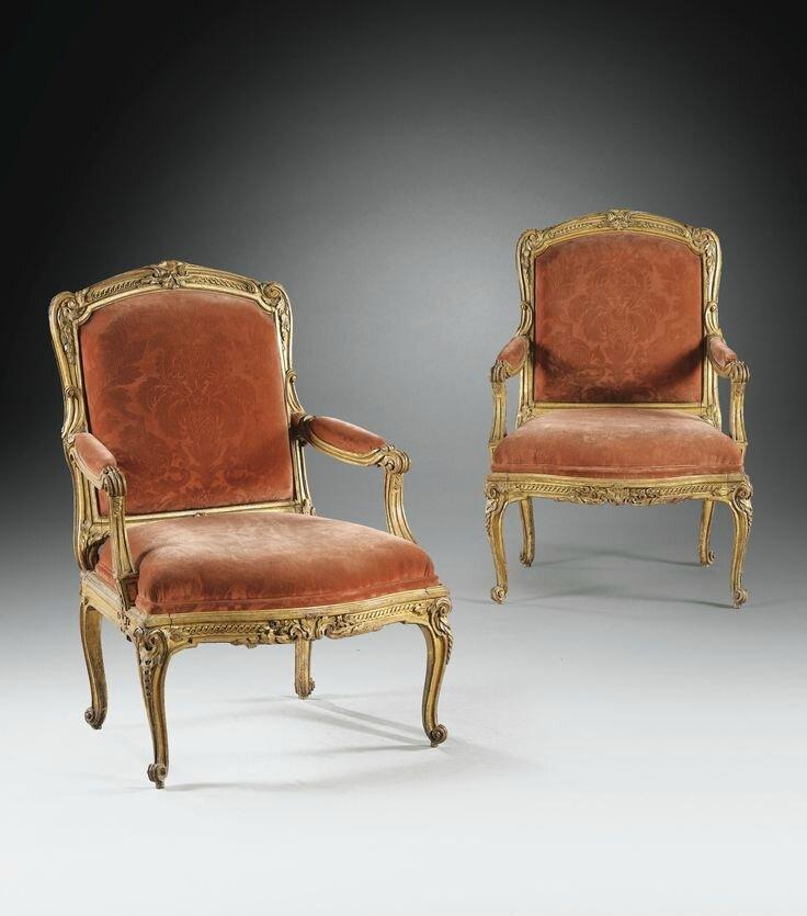 """Exceptionnelle paire de fauteuils à châssis en bois sculpté et doré """"à la grecque"""" à deux tons d'or d'époque Louis XV, vers 1765"""