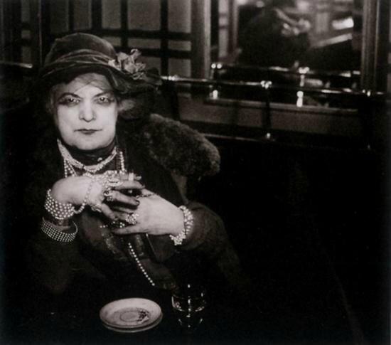 bijou-au-bar-de-la-lune-montmartre-c-1932-brassai