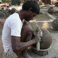 Travail de poterie dans les rues