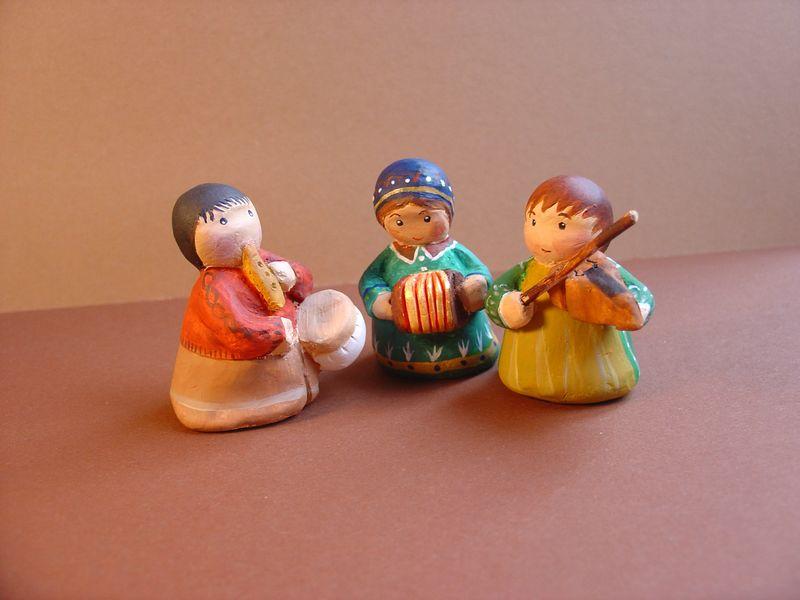 santons naïfs musiciens : l'accordéoniste, le violoniste et le tambourinaire