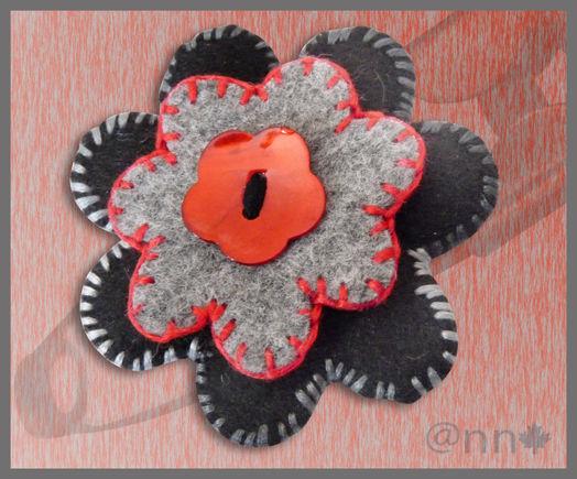 Broche feutrine fleurs noire rouge gris et bouton nacre rouge