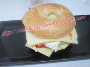 Bagel au surimi, tomates, oeuf & gruyère23
