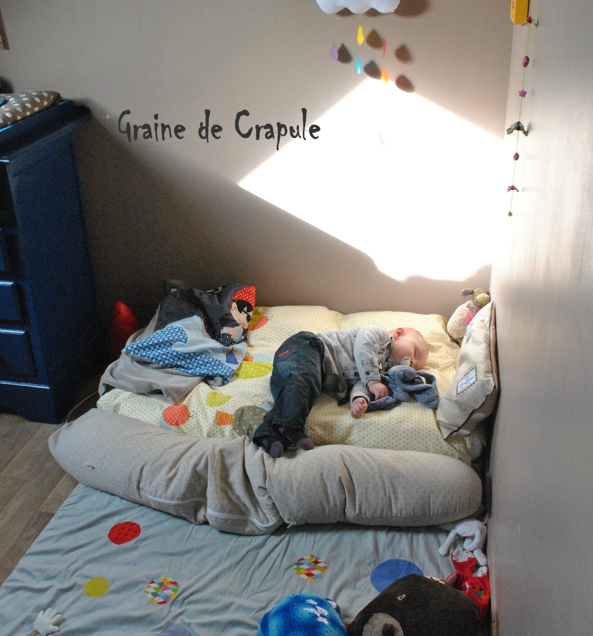 Lit au sol version montessori graine de crapule for Lit montessori