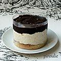 Mini entremets avec génoise, crème pralinée, meringue et ganache au chocolat