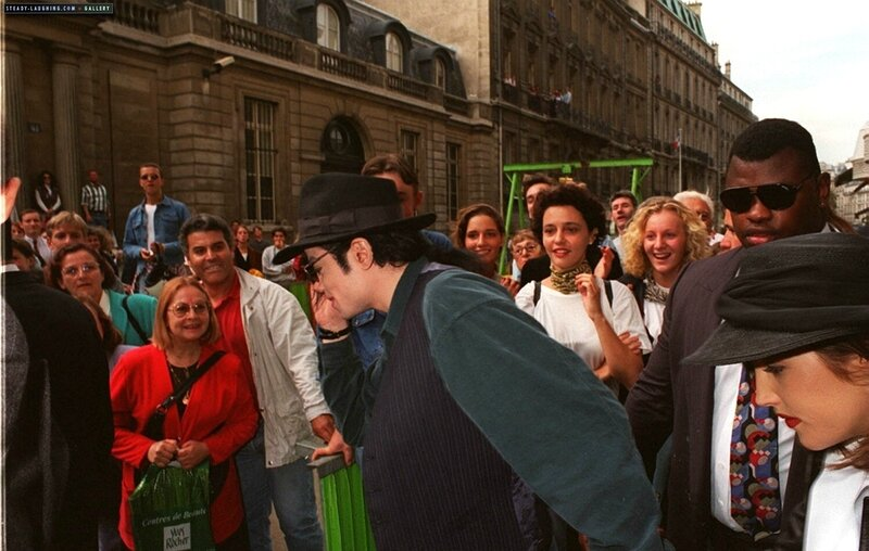 michael-and-lisa-marie-presley-visit-the-chateau-de-versailles-in-france(78)-m-6