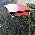 Table en formica rouge, le plateau est légèrement
