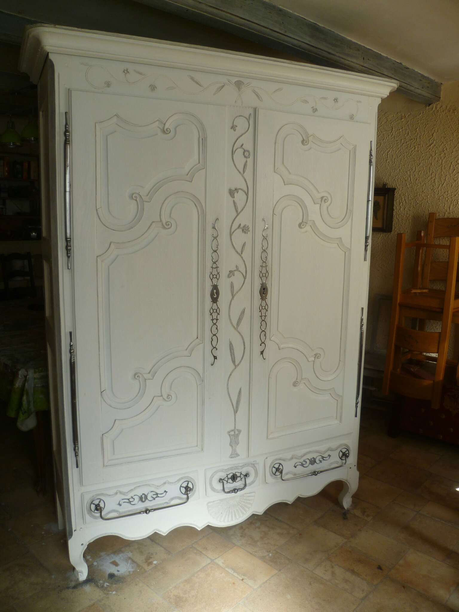 peinture armoire bois id e inspirante pour la conception de la maison. Black Bedroom Furniture Sets. Home Design Ideas