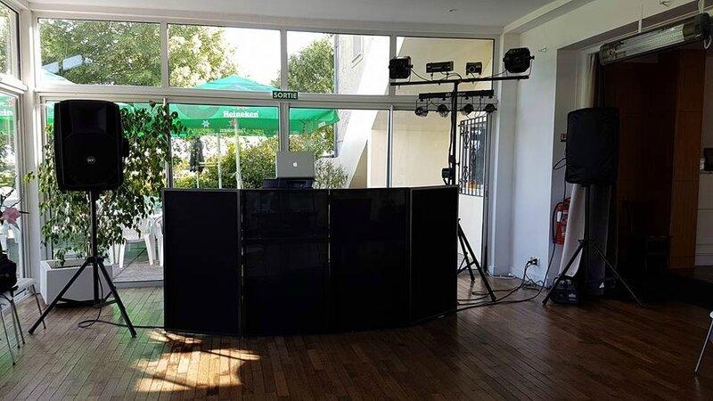 Matériel de DJ Phenix Anim est soucieux de la qualité de son matériel proposé aux clients. C'est pourquoi nous travaillons exclusivement avec des marques tel que Pionner, RCF, HK en matiere de son et CHauvet et Martin en terme de lumière pour les soirées e