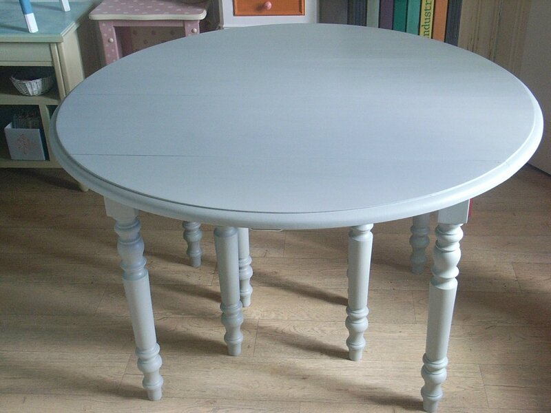 Buffet table ronde d coration du bontemps for Peindre du bois vernis en blanc