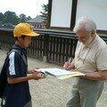 Papa signe des autographes a Nara