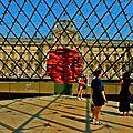 Sous la pyramide du Louvre.