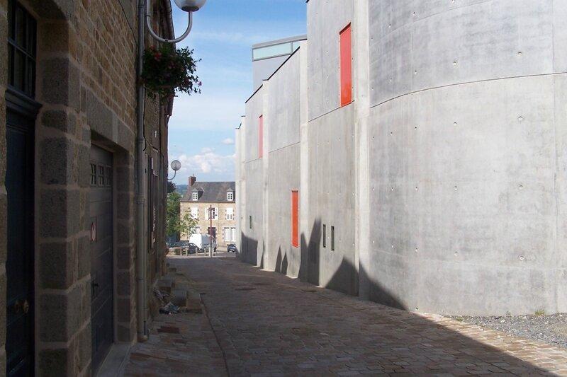 Avranches rue de Geole Scriptorial musée manuscrits Mont-Saint-Michel mur 2009