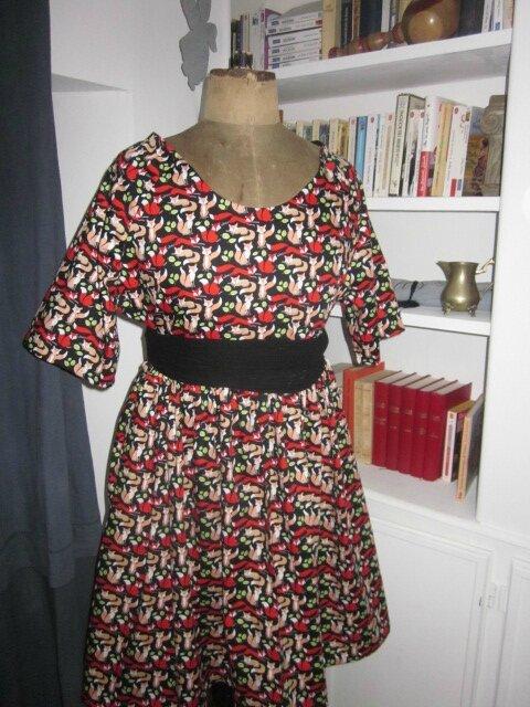 Robe RAYMONDE en coton imprimé renards roux et rouge sur fond noir - manches raglan - longueur genoux - taille unique (1)