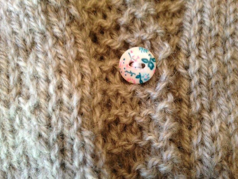 cardigan raglan 3pel point mousse baronval gris bergeredefrance modele tricots intemporels pour bebe boutons fleuris 6M 4