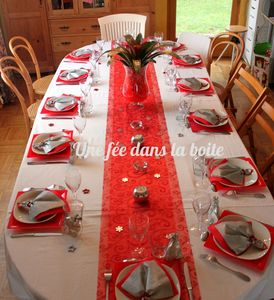 Table-de-noël-blanc-rouge-argent