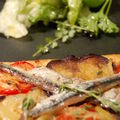 Tarte fine aux aubergines et anchois, salade d'herbes folles