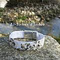 Bord de rivière pour présenter ce bracelet artisanal en sergé de coton agrémenté de cailloux, microfilmes et strass transparents