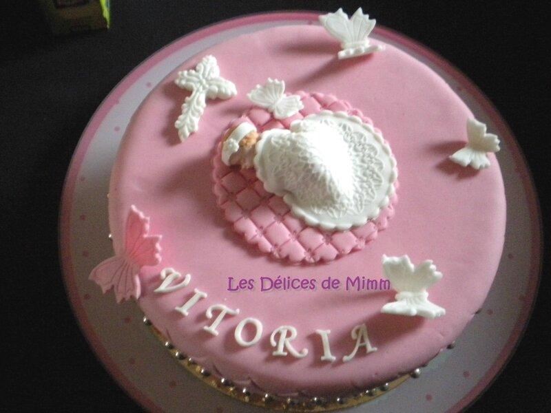 Un gâteau de baptême rose avec des papillons 7