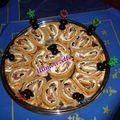 Biscuit roulé au pesto, ricotta, olives noires, roquette et jambon cru