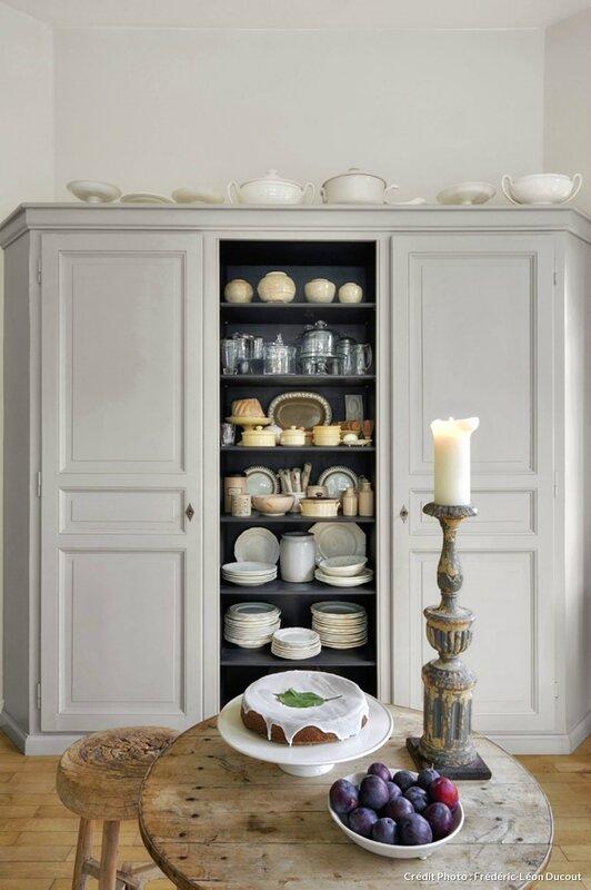 armoire avec vaisselle blanche
