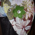 détail écharpe .. fleur en feutrine et bouton nacre
