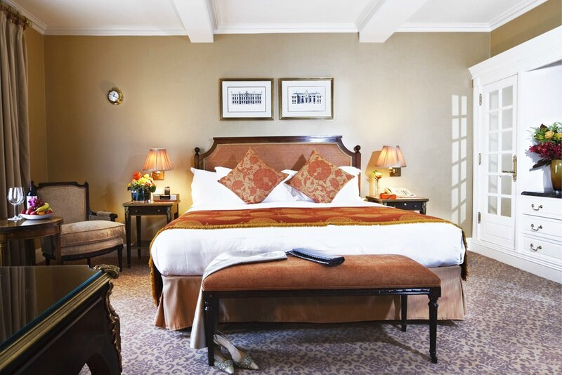 luxury-hotels-new-york-hotel-plaza-athenee-deluxe-guestroom_lg