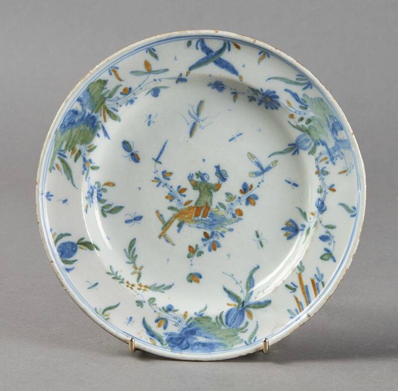 Midi ou Alcora. Assiette à décor polychrome au centre d'un chinois, XVIIIe siècle