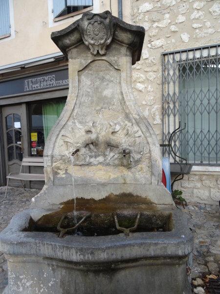 Pernes_fontaine_des_Dauphins