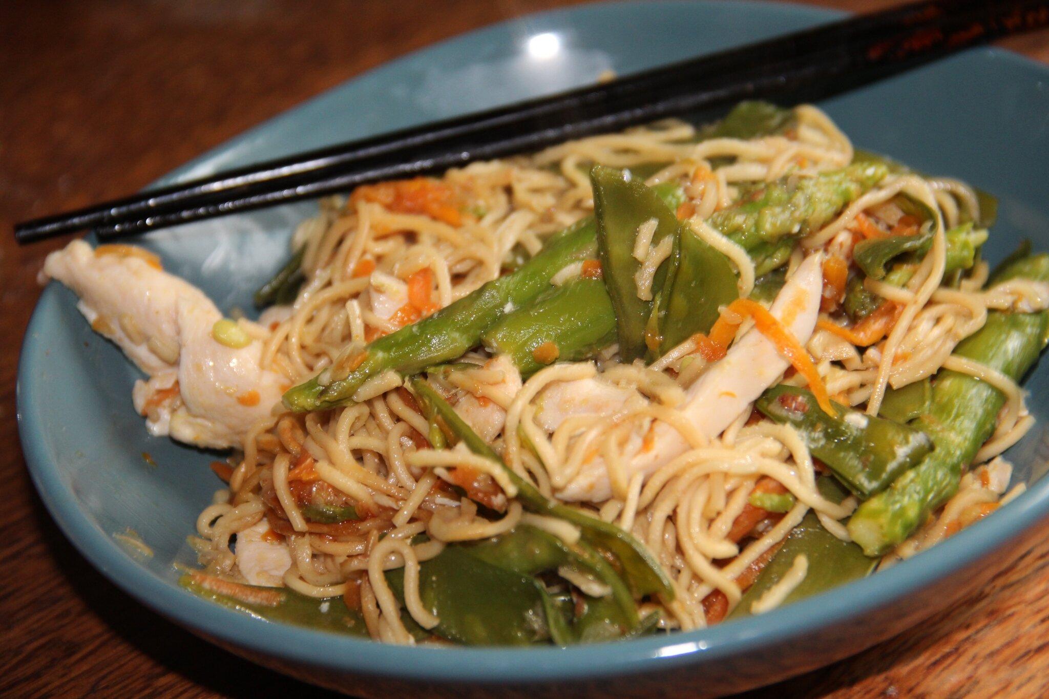 Wok de poulet nouilles chinoises pois gourmands asperges vertes et carottes du jardin et - Recette asperge verte poelee ...