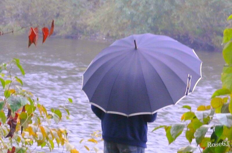 La pluie n'arrête pas le pélerin