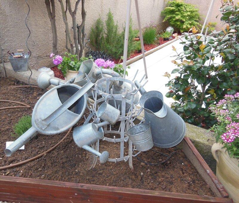 if au jardin, côté potager pour regrouper mes arrosoirs! (1)