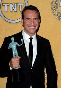 Jean_Dujardin_lors_de_la_ceremonie_des_Screen_Actors_Guild_Awards_le_29_janvier_2012_a_Los_Angeles_portrait_w674