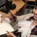 Jolin draws on a bag for a charity event
