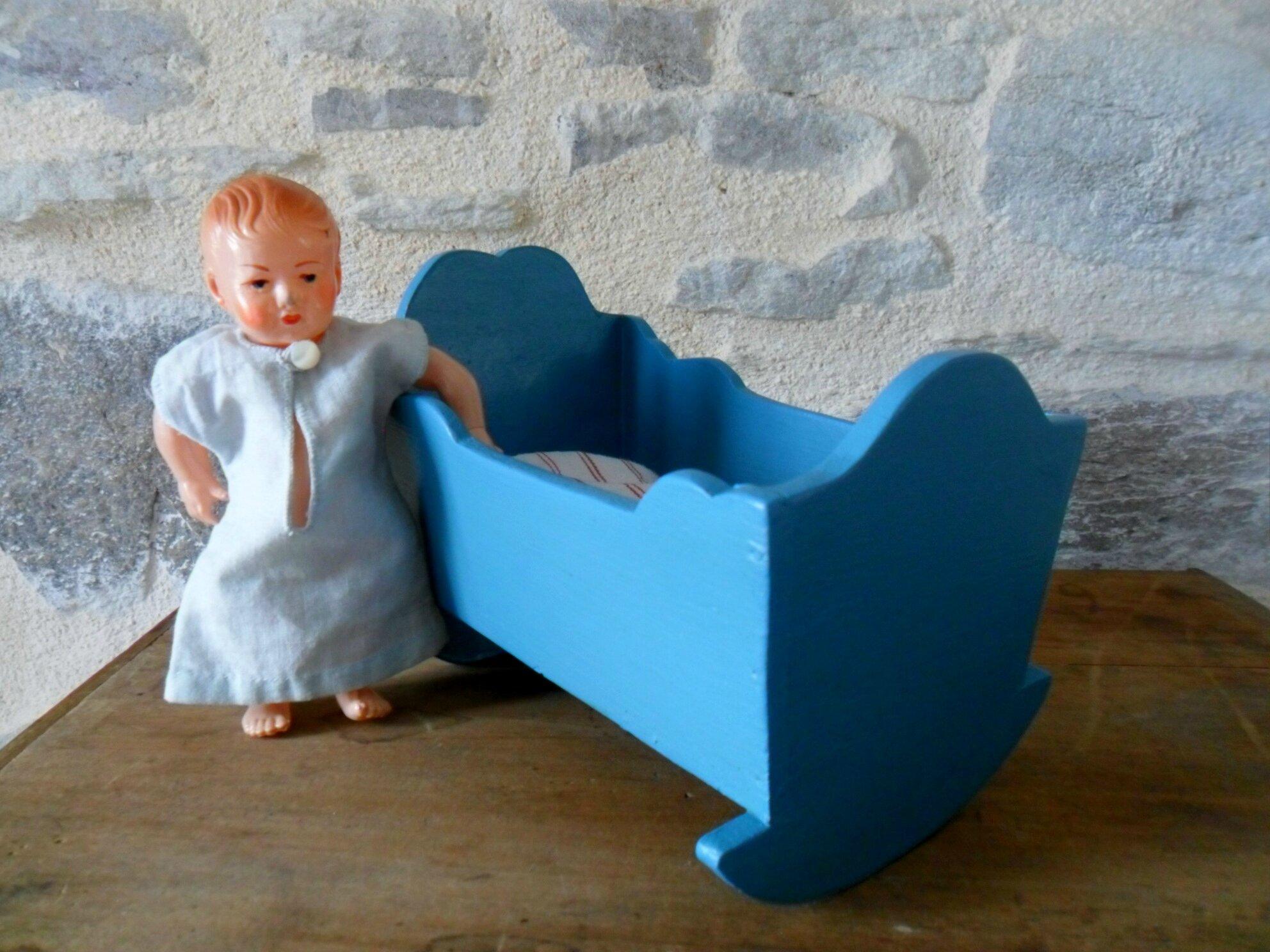 Mini-baigneur petit-collin, tête d'aigle, sa chemise et son petit lit ancien 38€