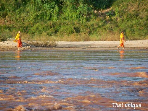 Sur le Mékong - toilette des moines