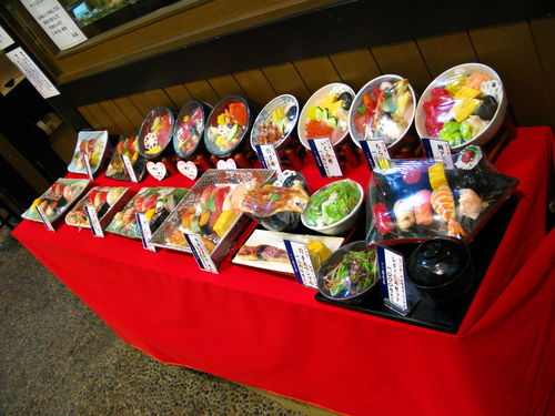 Les plats en plastique devant les restos