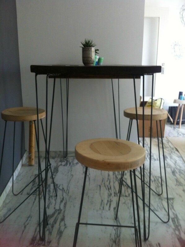 une table haute et des tabourets hauts pour chlo et. Black Bedroom Furniture Sets. Home Design Ideas