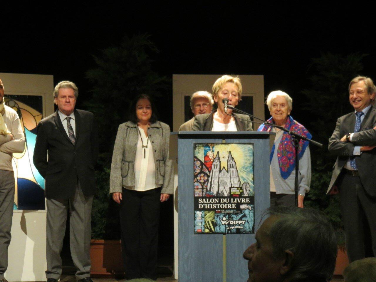 Madeleine Thoen proclame le lauréat du Prix du Livre d'Histoire de la ville de Woippy...