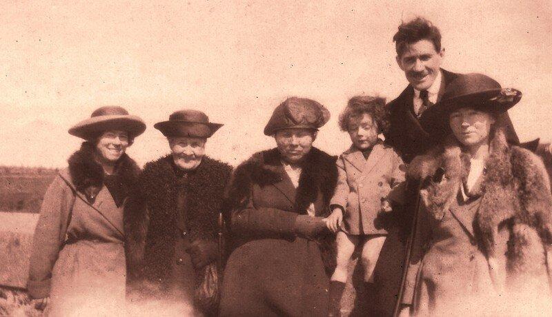 Grand-mère, grand-père et mon Papa à droite