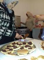 Farah met la confiture et Yuka est à la surveillance de la cuisson