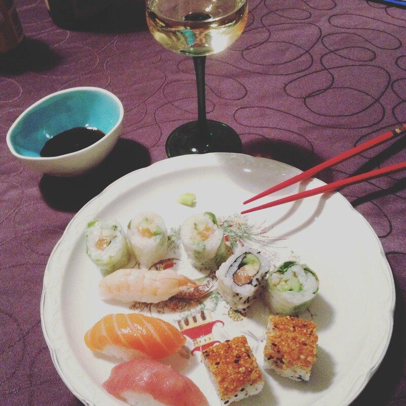 sushis, makis, vin blanc