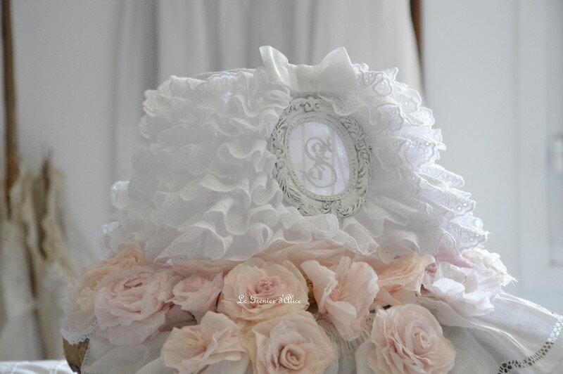 Abat-jour-froufrou-shabby-chic-et-romantique-broderie-anglaise-monogramme-ornement-patine-blanc-vieilli-creation-le-grenier-dalice-gf